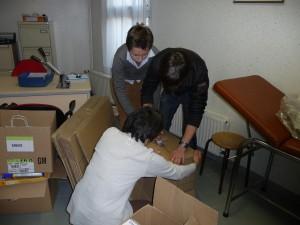 Opération par les élèves sous la directive de la pharmacienne de l'association