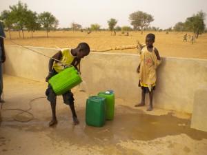 enfant participant à la corvée d'eau