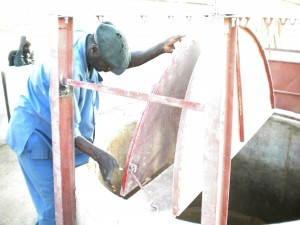 Ghana, notre puisatier et contremaitre maçon entrai de vérifier la pose des couvercles